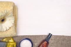 Creme de cara, flor branca do gerbera e sabão feito a mão contínuo Acessórios do banho Termas Terapia do aroma fotos de stock royalty free