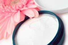 Creme de face com flor Fotos de Stock