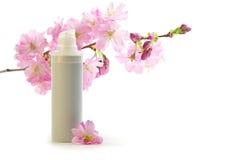 Creme de face com flores de sakura Fotos de Stock Royalty Free
