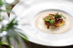 Creme der gebratenen Blumenkohlsuppe mit Confit von Zwiebeln stockfoto
