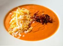 Creme der Tomate mit Schinken und Ei Stockbilder