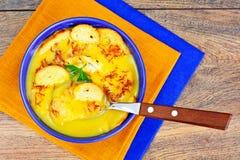 Creme do abobrinha, cenouras, ovos cozidos, açafrão, pão Bruschet Fotografia de Stock Royalty Free