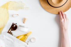 Creme e cosmético da loção para a proteção do sol na opinião superior do fundo branco fotografia de stock royalty free