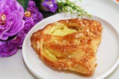 Creme e crosta de gelo dinamarqueses da baunilha da pastelaria na parte superior Foto de Stock