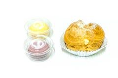 Creme e macarons dos Choux Fotografia de Stock