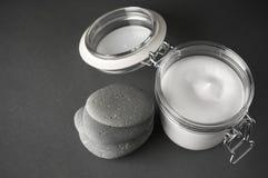 Creme e pedras cosméticos fotos de stock royalty free