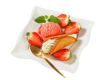 Creme-gefülltes Lebkuchenplätzchen mit Erdbeeren und Eiscreme Lizenzfreie Stockfotografie