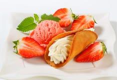 Creme-gefülltes Lebkuchenplätzchen mit Erdbeeren und Eiscreme Lizenzfreie Stockfotos