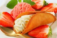 Creme-gefülltes Lebkuchenplätzchen mit Erdbeeren und Eiscreme Lizenzfreies Stockfoto