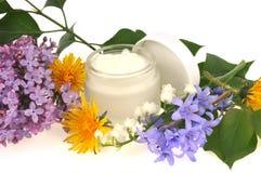 Creme hidratando feito das flores e das plantas imagem de stock royalty free
