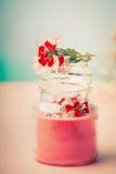 Creme im Glasgefäß für Hautpflege mit Blumen am Türkishintergrund, Vorderansicht Schönheit, natürliche Kosmetik stockbild