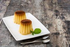 Creme karmel Jajeczny pudding na drewnie Obraz Royalty Free