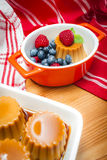 Creme karmel słuzyć z słodkim syropem i świeżymi jagodami zdjęcie royalty free