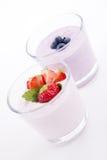 Creme saboroso fresco da agitação do iogurte de mirtilo da morango   imagem de stock royalty free