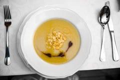 Creme sem glúten do aipo do vegetariano com os flocos da amêndoa baseados em um dar Fotos de Stock Royalty Free