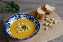Creme-sopa da abóbora com pão torrado Fotos de Stock