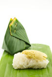 Creme tailandês com o arroz pegajoso, envolvido na licença da banana (d tailandês Imagem de Stock Royalty Free
