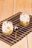Creme von den Früchten verziert mit Schokoladenperlen Stockfotos