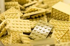 Cremefarbene Bausteine mit Fokus und Höhepunkt auf einem vorgewählten Block mit verfügbarem Licht Stockfotos
