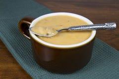 Cremefarbenes Bean und spanische Wurst-Suppe Stockfotografie