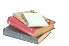 Cremefarbenes Papiernotizbuch und Buch Stockbild