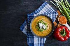 Cremesuppe der roten Linse verzierte mit Frischgem?se und Gr?ns Veggie-Konzept Richtige Nahrung Ansicht von oben lizenzfreie stockbilder