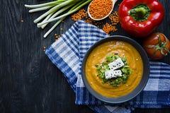 Cremesuppe der roten Linse verzierte mit Frischgem?se und Gr?ns Veggie-Konzept Richtige Nahrung Ansicht von oben lizenzfreie stockfotografie