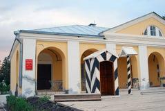 Cremlino in Astrachan', Russia Una costruzione gialla decorata dagli arché Fotografie Stock Libere da Diritti