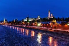 Cremlino di Mosca e fiume di Moskva sulla notte di vacanze invernali Immagine Stock Libera da Diritti