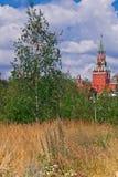 Cremlino di Mosca, torre di Spassky sui campi e giovani betulle Immagine Stock