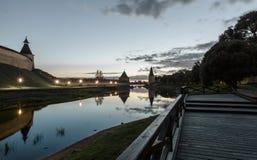 Cremlino di Pskov al tramonto ed al fiume di Pskova Immagini Stock Libere da Diritti