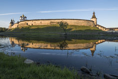 Cremlino di Pskov dal lato del fiume di Pskova ad alba Fotografia Stock