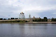 Cremlino di Pskov La vista dalle grande del fiume Fotografie Stock Libere da Diritti