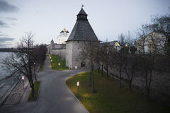 Cremlino di Pskov nel crepuscolo di ottobre Immagini Stock