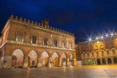CREMONA, ITÁLIA - 23 DE MAIO DE 2016: O palácio Palazzo Coumnale no crepúsculo Foto de Stock Royalty Free