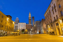 CREMONA, ITALIA, 2016: Il quadrato di Cavour della piazza al crepuscolo fotografia stock
