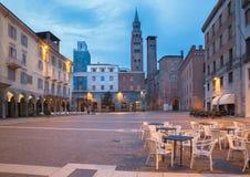 CREMONA, ITALIA, 2016: Il quadrato di Cavour della piazza al crepuscolo fotografia stock libera da diritti
