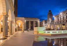 CREMONA, ITALIA - 23 MAGGIO 2016: Il quadrato di Cavour della piazza al crepuscolo immagini stock