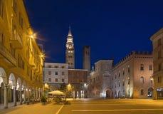 CREMONA, ITALIA - 24 MAGGIO 2016: Il quadrato di Cavour della piazza al crepuscolo fotografie stock libere da diritti