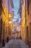 CREMONA, ITALIA - 24 MAGGIO 2016: La via di vecchia città nel crepuscolo di mattina Fotografie Stock Libere da Diritti
