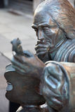 CREMONA, ITALIEN, 2016: Das Detail der Bronzestatue von Antonio Stradivari vor seinem Geburtshaus Stockfotografie