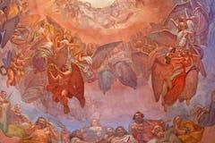 CREMONA ITALIEN: Körer av ängelfreskomålningen som detaljen av kupolen i kyrkliga Chiesa di Santa Agata av Giovanni Bergamaschi Royaltyfria Foton