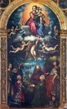 CREMONA ITALIEN, 2016: Målningen av Madonna i himmel och helgonen på det huvudsakliga altaret i Chiesa di San Sigismondo royaltyfri bild
