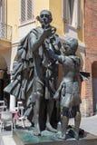 CREMONA ITALIEN - MAJ 24, 2016: Bronsstatyn av Antonio Stradivari av Floriano Bodini 1933 - 2005 Royaltyfri Bild