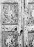 Cremona Italien, wood dörr för renässans som knäcker fullföljande Arkivbilder