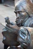 CREMONA, ITÁLIA, 2016: O detalhe da estátua de bronze de Antonio Stradivari na frente de sua casa do nascimento Fotografia de Stock