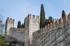 Crenellated古老意大利人的墙壁和塔在维罗纳地区围住了市索阿韦 图库摄影