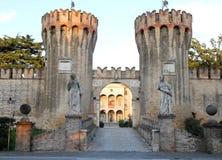 Crenellated耸立在别墅Giustinian的入口在特雷维索省的龙卡德在威尼托(意大利) 免版税库存图片