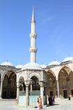 Crentes muçulmanos em torno da interrupção de Sultan Ahmed Mosque em Istambul fotografia de stock