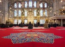 Crentes muçulmanos na mesquita (editorial) fotos de stock